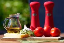 Nejdříve si shromáždíme všechny potřebné suroviny. V prvé řadě rajčata, dále pak olivový olej, parmazán nebo sýr parmazánového typu, česnek, tymián, sůl a pepř.