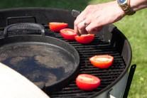 Nakrájená rajčata pokládáme na rozpálený gril.