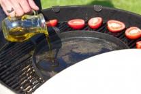 Do středu roštu dáme litinovou pánev, necháme ji rozpálit a pak do ní nalijeme trochu olivového oleje.