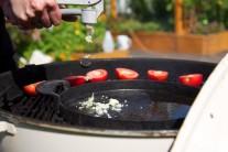 Do rozpáleného oleje vysypeme prolisovaný česnek.