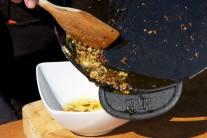 Jakmile je česnek osmažený dozlatova, přendáme jej do misky.