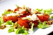 Grilovaná rajčata posypeme smaženým česnekem a hoblinkami parmazánu. Doplnit je můžeme ledovým salátem a opečenými bagetkami. a opečenými bagetkami.