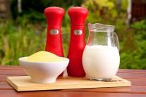 Na grilovanou polentu budeme potřebovat kukuřičnou mouku, sůl a pepř, smetanu nebo plnotučné mléko a olivový olej.