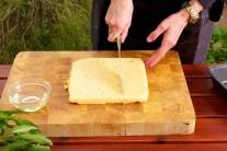Ve dostatečně velkém hrnci smícháme kukuřičnou mouku s mlékem/smetanou, solí a pepřem. Metličkou vše důkladně promícháme dohladka vyšleháme. Poté necháme kukuřičnou kaši za stálého míchání vařit. Ideálně tak 2-3minuty.