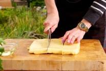 Hotová polenta bude mít přibližně stejnou konzistenci, jako trochu měkčí zmrzlina.