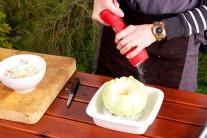 Vydlabanou hlávku nezapomeneme osolit a opepřit. Navíc jí zvenku i zevnitř vymažeme máslem.