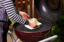 Hlávku položíme i s miskou na rozpálený rošt. Grilume na nepřímém žáru po dobu 1 až 1 a 1/2 hodiny.