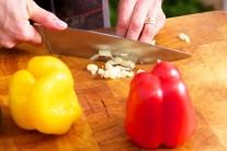 Nakrájíme si česnek...