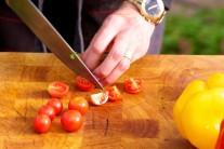Opláchneme cherry rajčátka a rozkrájíme je na půlky.