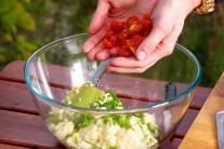 Rajčátka přidáme do mísy s kuskusem.