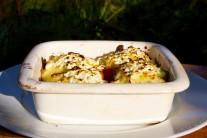 Papriky podlijeme vývarem a zasypeme balkánským sýrem a necháme zapéct.