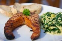 Lososa servírujeme teplého na nahřátém talíři s kopečkem smetanového špenátu a plátky čerstvého pečiva. Lehká večeře pro milovníky zdravé výživy.