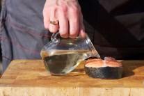 Porce lososa potřeme ze všech stran rostlinným olejem, osolíme a opepříme. Necháme 15 minut odpočinout. Přebytečnou tekutinu osušíme.