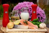 K přípravě lososa se špenátem si připravíme porce čerstvého nemraženého lososa, smetanu ke šlehání, čerstvý špenát, cibuli, česnek, sůl, pepř, citronovou šťávu a rostlinný olej. Mimo jiné ještě budeme potřebovat litinovou pánev BBQ.