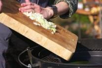 Na rozehřátý olej vsypeme nasekané kostičky cibule spolu s utřeným nebo prolisovaným česnekem. Necháme chvilku zpěnit.