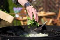 Nasekaný špenát vsypeme na zpěněnou cibulku s česnekem, promícháme a necháme chvilku dusit.