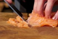 Ostrým pevným nožem maso z lososa naškrábeme na velmi jemno. Přeložíme do skleněné mísy. Směs  na tatarský biftek nijak tepelně neupravujeme.