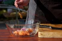 Diónská hořčice dodá tatarskému bifteku správný nádech. Pokud ji nemáme k dispozici, můžeme použít hořčici kremžskou, se kterou je tatarák též výborný.