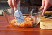 V misce vymícháme vidličkou či stěrkou do hladké kompaktní hmoty.  Při servírování můžeme použít větší vykrajovačku na cukroví libovolného tvaru.