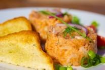 Servírujeme studené s bagetkou či opečeným toastem. Libovolnou formičku naplníme a vyklopíme na talíř. Velmi pěkně vypadá tatarák vyklopený z formičky ryby. Podáváme ozdobené snítkou kopru a kolečkem citronu.