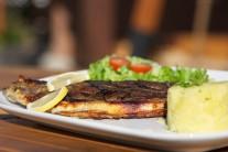 Rybu servírujeme jako lehkou letní večeři se šťouchanými bramborami s bylinkami a čerstvým listovým salátem.