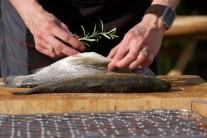 Do břišní dutiny každé ryby vložíme snítku čerstvé rozmarýny, která nám rybu krásně provoní.