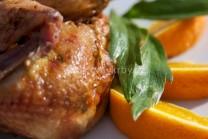 Na fotografii je vidět detail grilovaného kuřete s pomerančem a libečkem.