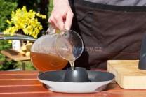 Připravíme si stojan na grilování drůbeže Weber Style , naplníme ho pivem nebo vývarem. Odložlíme stranou a můžeme začít plnit kuře ochuceným máslem.