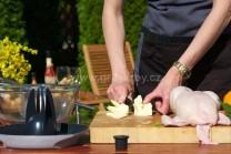 Připravíme si ochucené máslo, které budeme plnit mezi kůži a maso. Do mísy vložíme změklé máslo a utřeme do pěny.
