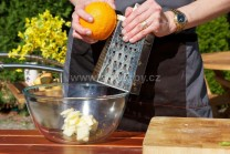 Z čerstvého bio pomeranče nastrouháme na jemném struhadle jednu lžíci kůry. Tu přidáme k utřenému máslu.