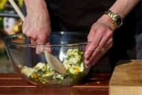 Všechny suroviny na bylinkové máslo řádně smícháme, utřeme do pěny. Tuto směs plníme do kuřete mezi kůži a maso.