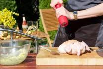 Kuře očistíme, okrájíme přebytečnou kůži u krku. Zevnitř i zvenku ze všech stran osolíme a opepříme. Kuře položíme na prkénko.