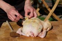 Ochucené máslo začneme po malých dávkách  vkládat pod kůži kuřete od krku přes prsa ke stehnům. Nerovnosti na kůži uhladíme dlaněmi. Pokud se nám podaří, že kůže praskne, stačí ji sepnout párátky. V grilu se zapeče a nebude náplň vytékat.