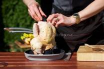 Před vložením kuřete na stojanu do grilu nezapomeneme na utěsnění krku kuřete záslepkou od stojanu. Tak budeme mít zaručeno, že vypařená vhlkost zůstane uvnitř kuřete a kuře nebude vysušené.