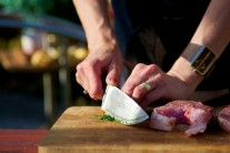 Kapra posypeme provensálským kořením, čerstvý kopr nasekáme najemno a rybu s ním popřášíme. Pokud někomu kopr nechutná, může ho vynechat i tak je hotový kapr výtečný.