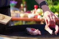 V našem případě jsme kapra připravovali na kotlovém grilu na dřevěné uhlí Weber One-Touch Premium 57 a grilovací rošty jsme ošetřiili olejem BBQ firmy Weber.