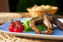 Hotové porce grilovaného kapra podáváme teplé s čerstvým pečivem a zeleninovou oblohou. Můžeme ještě přidat oblíbený dresink.