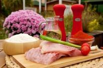 Na přípravu kapřích hranolků budeme potřebovat vykoštěné kapří maso - filet, sůl, sladkou papriku, mletý kmín, hladkou mouku a kvalitní olej na smažení.