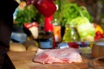Maso z čerstvého kapra zbavené kostí nakrájíme na delší tenké kousky, hranolky. Jemně osolíme.