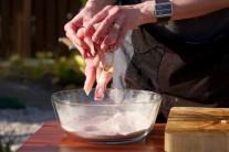 Osolené kousky masa vložíme do ochucené mouky a mísou zatřepeme, tím se nám oddělí jednotlivé kousky od sebe. Můžeme ještě prohodit a provzdušnit rukami.