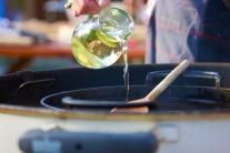 Do středu grilu vložíme litinovou pánev BBQ a na ní rozpálíme kvalitní  olej na smažení. My jsme měli možnost vyzkoušet kotlový gril Weber One-Touch Premium 57.