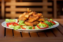 Servírujeme teplé na lůžku z hlávkového salátu, jako přílohu můžeme podávat bramborovou kaši či hranolky a oblíbenou studenou omáčku.