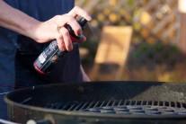 Ve chvíli, kdy máme maso naložené přistoupíme k roztopení grilu. Rošty jsme ošetřili olejem BBQ od firmy Weber. K rozpálení dlouhohořícíh briket je lepší použít zapalovací komín Weber.