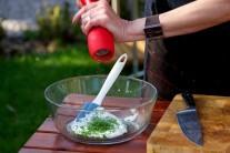 Studený dresink připravíme smícháním zakysané smetany a nasekané pažitky, dochutíme solí a pepřem.