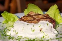 Ke steaku můžeme připravit i lehký zeleninový salát nebo jen bohatou barevnou oblohu.