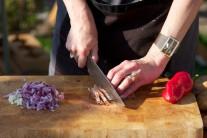 Červenou cibuli nasekáme najemno a sušenou šunku nakrájíme na kostičky o délce hrany cca 0,5 x 0,5 cm. Česnek prolisujeme na lisu nebo drobně nasekáme.