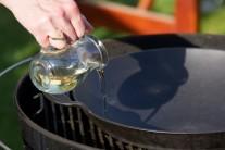 Do středu grilu vložíme těžkou litinovou pánev Wok BBQ a gril roztopíme na střední teplotu. Do pánve přelijeme olej a necháme prohřát.