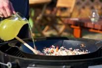 Všechny suroviny v pánvi promícháme a zalijeme dostatečným množstvím vývaru. Dusíme pod poklopem po dobu 30 minut než bude rýže skoro hotová.