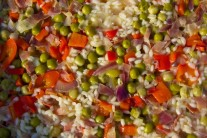 Detailní pohled, na kterém je zřetelně vidět, že veškerý vývar ještě rýže nevsákla.