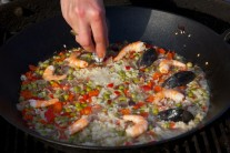 Na rýži naskládáme dle libosti připravené krevety a očištěné přebrané slávky.